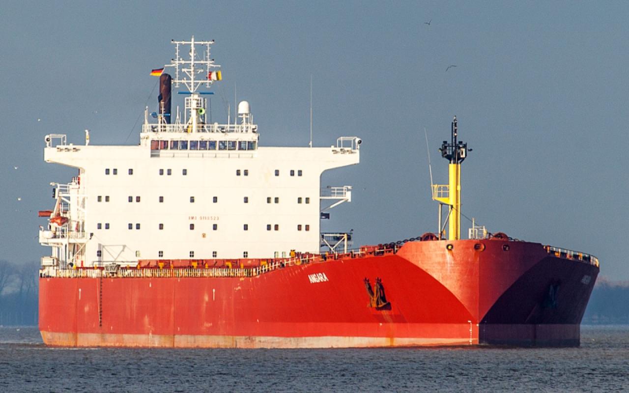 В Финском заливе экипаж танкера «СКФ Ангара» спас семь рыбаков.